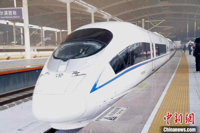 京哈高铁首趟列车顺利开行 黑龙江省首次迎来新型复兴号高寒动车组