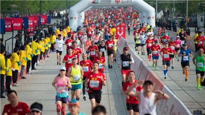 北京半程马拉松开跑 彭建华和金铭铭分获男子组、女子组冠军
