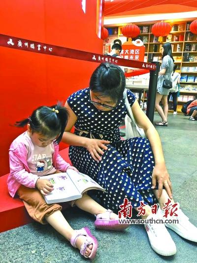 """家庭阅读氛围浓厚 周煜梅家庭获评2021年清远市""""优秀书香家庭"""""""